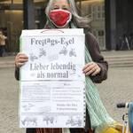 Heike Oldenburg mit Freitags Esel Plakat