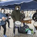 Trommelgruppe heizt bei Schmuddelwetter ein